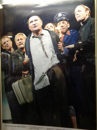 Schauspielhaus Pfauen: Szenenfoto im Foyer