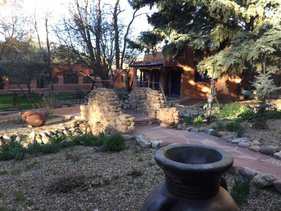 Ranchos De Taos, New Mexiko: Just a sample of the beautiful landscaping