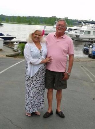 Charles City, เวอร์จิเนีย: Granny & Harry at the Blue Heron. Marina in the background.