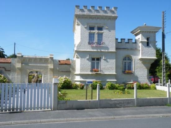 Petit Chateau De La Redoute Chambres d'Hotes: Petit Château de la Redoute