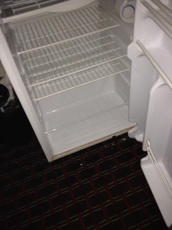 Motel 6 Sedalia: Broken fridge and freezer.