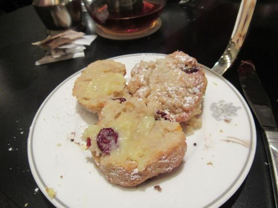 Two E Bar & Lounge: Cranberry scones with lemon curd