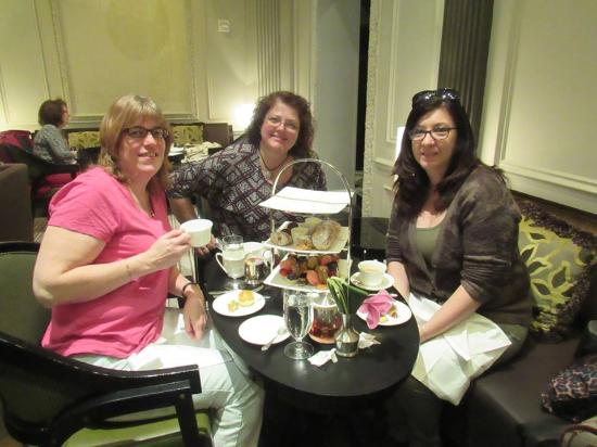 Two E Bar & Lounge: Lovely afternoon tea at Two E Bar in the Pierre Hotel