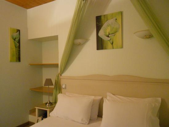 chambre double standard - Picture of Hotel le Medieval, Avignon ...