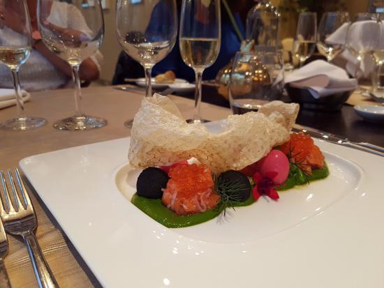 Monaco Restaurant: Forrett med ørret, vaktelegg, rogn og sprøstekt fiskeskinn