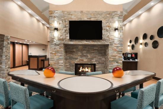 Homewood Suites by Hilton Columbus Hilliard: Lodge Area With Table and Chairs