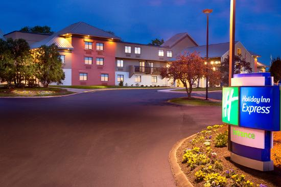 Holiday Inn Express Nashville Airport: Hotel at Dusk