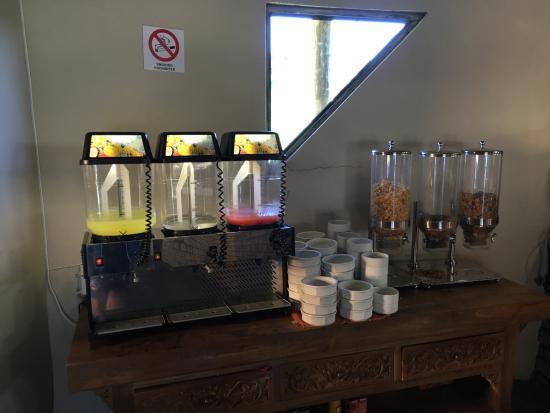 iNtaba River Lodge: So sieht das 4 Sterne Frühstück aus: fast leeres Zuckerwasser und Cornflakes
