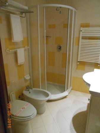 Bagnatica, Włochy: Bagno grande, pulitissimo, fornito di ogni confort