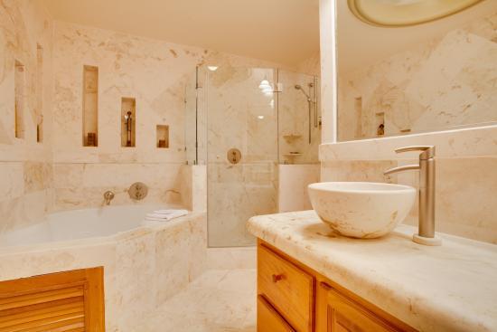 Belizean Cove Estates: Bathroom