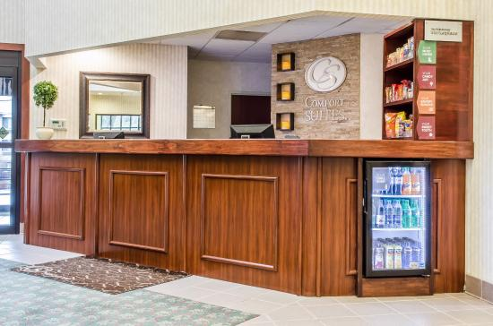 Comfort Suites: Front Desk with Marketplace