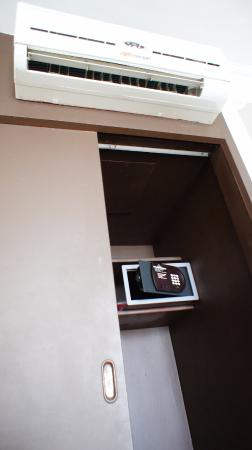 Hotel Panorama: A/C and safty box in the room