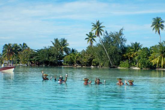 Marc's Picnic Island Motu Tour : Local waving good-bye