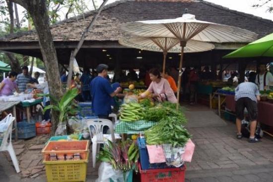 JJ Market Chiang Mai: オーガニック野菜を農家が直営販売している市である、