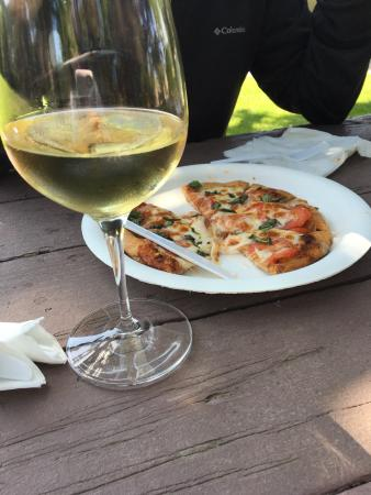 Solvang, CA: Flatbread and wine of the day! Picnic under Oak Trees-Divine! Nothing like old oak trees; white