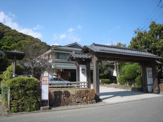 Kagetsutei: 入り口の門からの建物全景