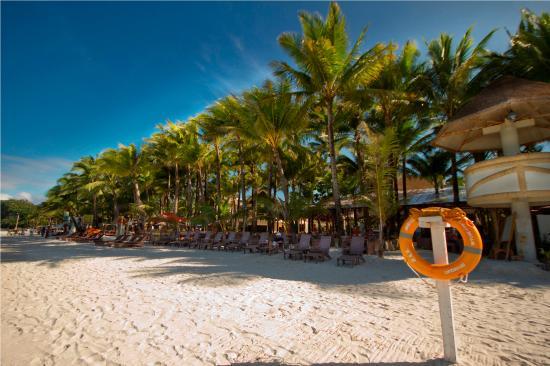 أمباسادور إن بارادايز ريزورت: White beach in front of the resort