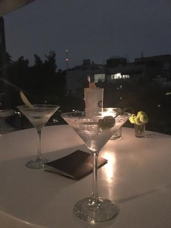 Condesa DF: Bonita vista, música agradable pero muy mal servidos los martinis. Pedimos uno seco y otro de ma