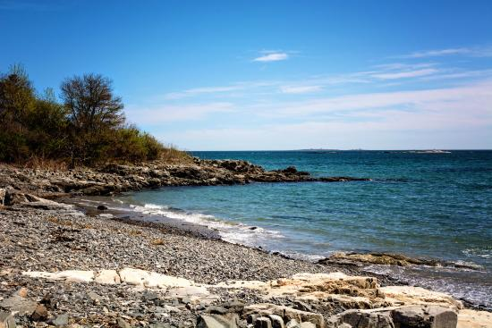 Kittery Point, ME: Walking along Fort Foster beach