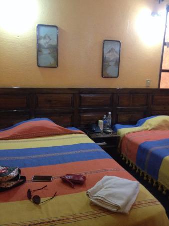 Hotel Plaza Santo Domingo: Decoración y ropa de cama ya algo vieja