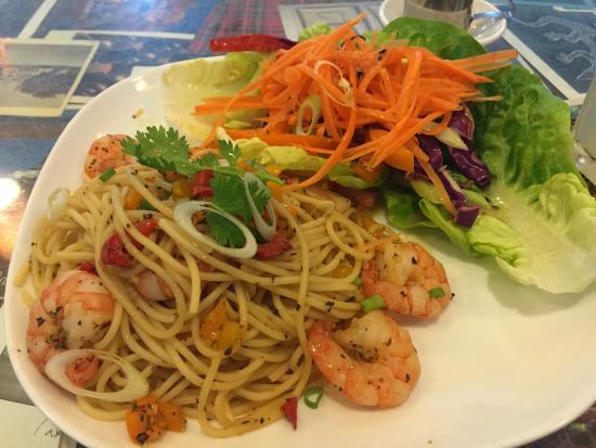 Peter Hoe Cafe: パスタにはサラダが添えられています