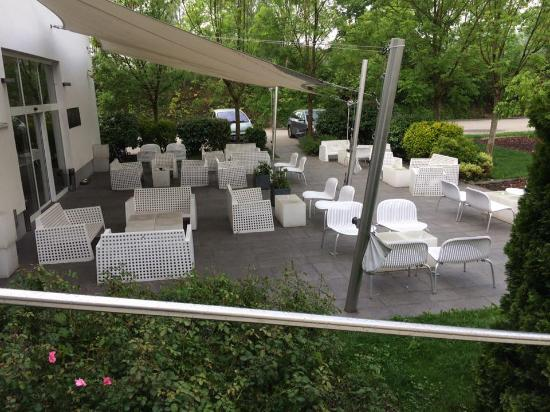 Bit Center Hotel: Outside courtyard where you can smoke or relax, playground is on the right