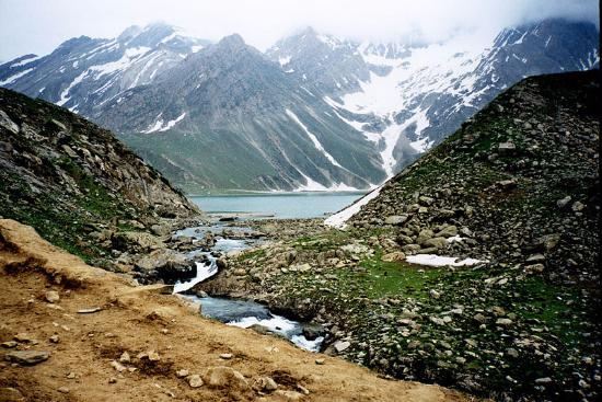 Amarnath Yatra, Indie: Located in the trekking trail of Amarnath Cave, Sheshnag Lake belongs to the surreal part of the