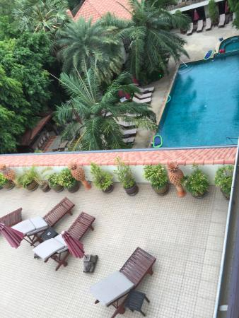 Baan Souy Resort: View from penthouse over poolside and roof top sun deck
