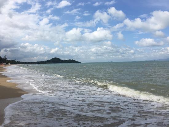 Bophut, Thailand: 沙灘可以於小店旁的小路走下去