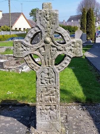Duleek, İrlanda: north of the abbey is a small but complete High Cross. This Cross is only about person height