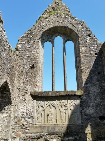 Duleek, İrlanda: east gable end is a 16th century window