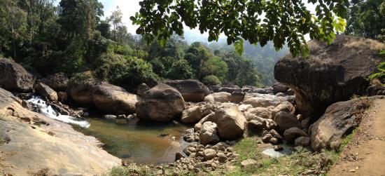 Kaivalyam Retreat: водопады недалеко от отеля, туда нас провёл гид от отеля