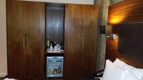 Holiday Inn Newcastle - Jesmond: Wardrobe and mini fridge