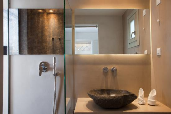 Rochari Hotel: The new bathroom is great. You even have a view outside through the mirror in the shower!