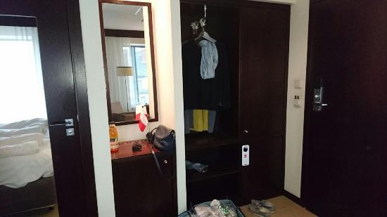 Europeum Hotel: как бы прихожая и слева дверь в ванную