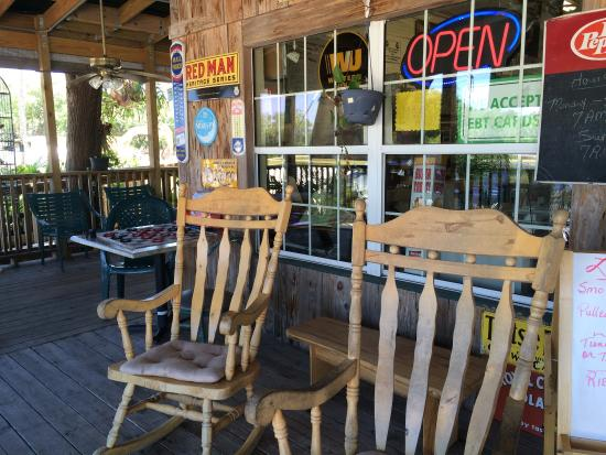 Palmdale, FL: The rocking chairs and checkers game on the front were a delightful way to wait for friends befo