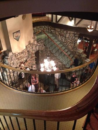 Ye Olde English Inn : 2nd floor looking down into the lobby