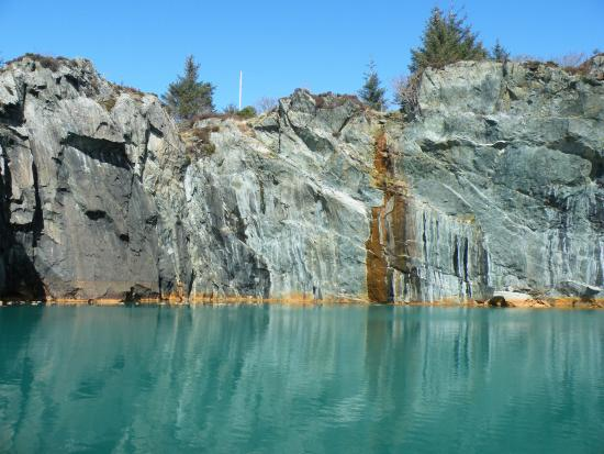Avaldsnes, النرويج: Water has filled the old open mines and its color is tinted by the rich copper minera content