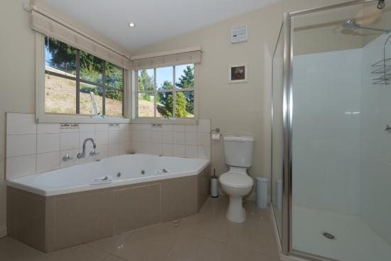 Crabtree River Cottages: ENSUITE 2 PERSON SPA