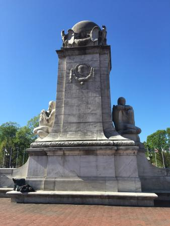 Columbus Memorial Fountain: Parte trasera