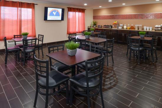 Americas Best Value Inn Brandenburg: Breakfast Area