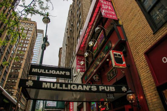Mulligan's Pub: Entrance on 3rd