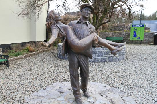 Cong, Irlande : Statue of John Wayne and Maureen O'Hara