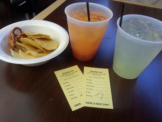Quality Inn Schaumburg: 저녁에 제공되는 음료(칵테일)와 칩
