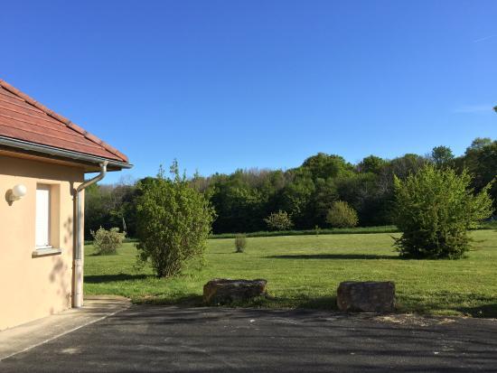 Beaurepaire-en-Bresse, France : vue sur les prés et la forêt au soleil levant