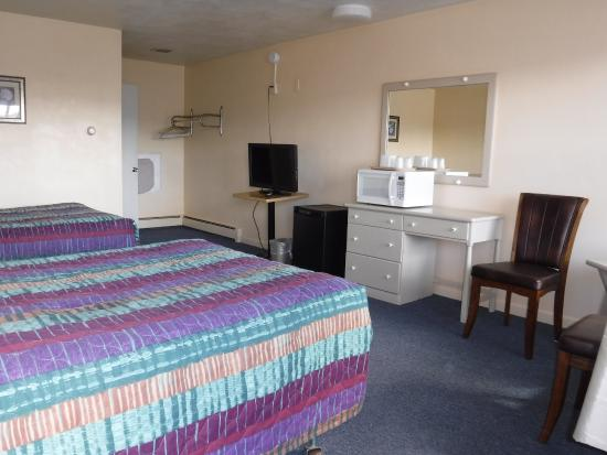 Brewer and Village Green Motor Inn: Our rooms are spacious and comfortable.