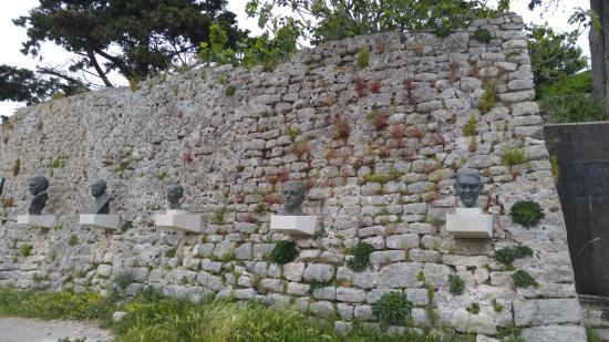 Osor, Kroatien: Only heads :)
