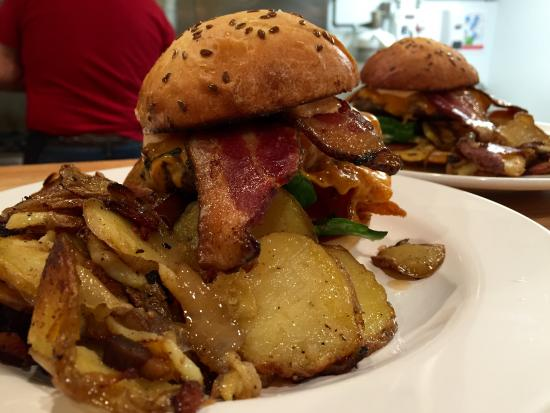 Summerville, Canadá: Our popular burgers are made with local beef and come with either our signature pan fried potato