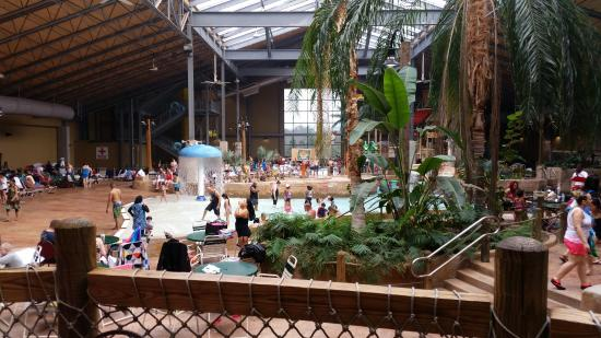 Split Rock Resort Indoor Waterpark: don't forget your wet shoes unless you like diseases on your feet