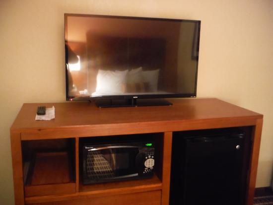 Travelodge West Yarmouth Cape Cod: TV, fridge and microwave.
